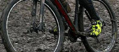 La cel mai mic semn de blocare a transmisiei, opresete-te sa verifici despre ce e vorba. Nu forta, mai bine pierzi un minut coborand de pe bicicleta si curatand cu mana noroiul de pe pinioane, decat sa rupi lantul sau schimbatorul si sa fii nevoit sa abandonezi.