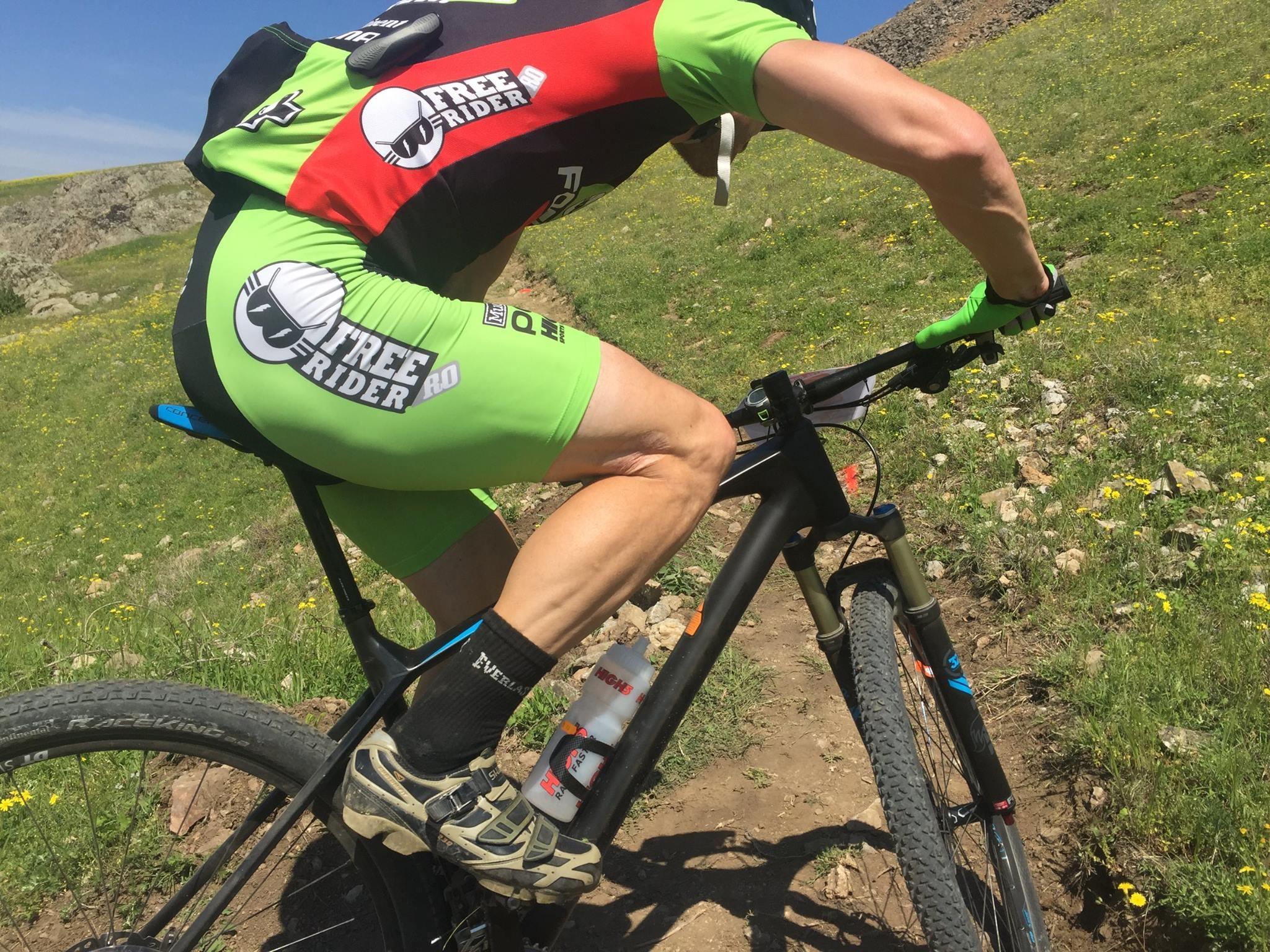 Cum sa iei virajele stranse (switchbacks) pe mountain bike